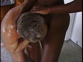 Milf africana bonita follada por el hombre blanco