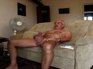 El abuelo se masturba y se folla
