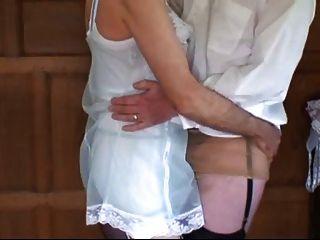 Dos hombres se visten y juegan en lencería de nylon