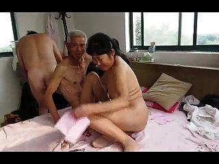 Trío de abuelo asiático con mujer madura