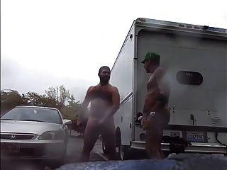 Chicos muy públicos lluvia acariciando en el estacionamiento