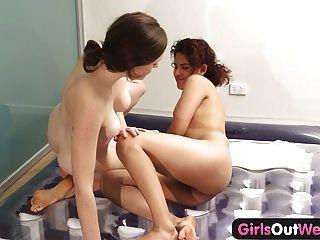 Las niñas de West lesbianas nuru masaje y coño peludo lamiendo