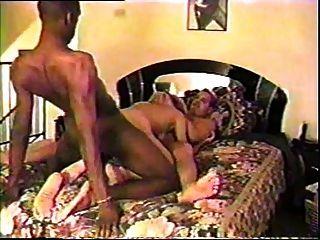 El marido comparte a su esposa con el toro negro