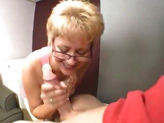 Sexy abuela chupa polla joven