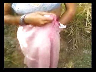 Señora del pueblo indio con coño peludo natural sexo al aire libre