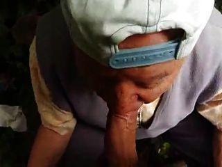 80 años abuelo chupa en el bosque