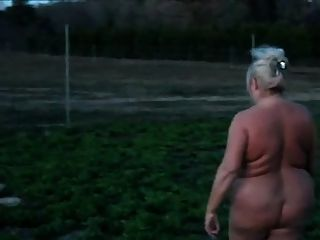 Abuelita bbw caminando desnuda
