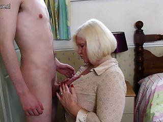 Gran madre británica jugando con el joven juguete