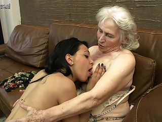 Peludo abuelita obtener lamió por niña