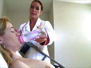 Enfermera le hace llenar su pañal