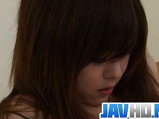 Belleza japonesa agrietarse su coño mojado en la acción desagradable