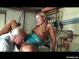 La abuelita se masturba mientras el abuelo folla a un adolescente rubio