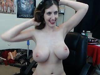 Chica tatuada utilizando la máquina de mierda