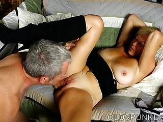 Super sexy viejo spunker le encanta cuando se cum en su boca
