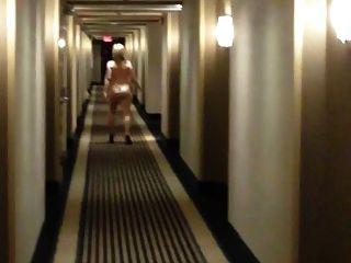 Curvy esposa desnuda en el pasillo del hotel