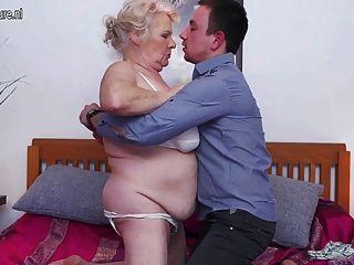 Gran abuelita ama follar y chupar a su niño juguete