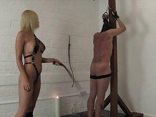 Amante rubia rizada blanda y torturas a su esclavo