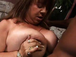 Una gran mujer madura trata anal