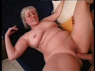 Afeitado abuelita felizmente toma un duro dicking