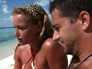 Las esposas de la luna de miel engañan en la playa