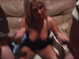 Esposa se cubre de esperma en el gloryhole