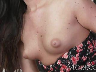 Mamá sexy mujer tiene su coño afeitado lamió y jodido