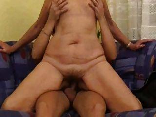 Mamá con cuerpo flácido, tetas flacas y coño peludo