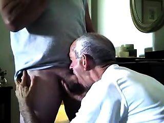 El policía retirado obtiene una mamada