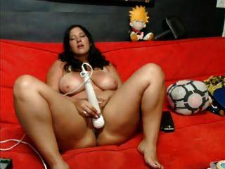 Chica muestra su culo y juega con su coño
