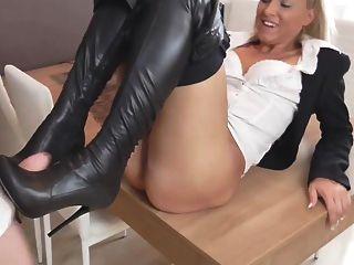 Sexy rubia alemana en pantalones cortos de cuero