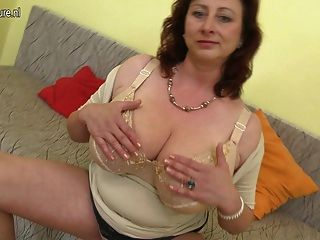 Enorme madre breasted jana le encanta jugar con su coño peludo