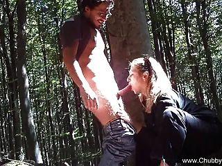 Italiano follando afuera en el bosque