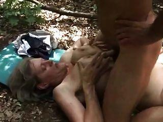 Cachonda mamada follada por un leñador