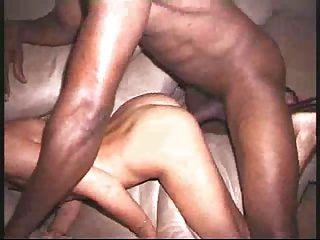 Monstruoso schlong negro destruye la delgada esposa rubia