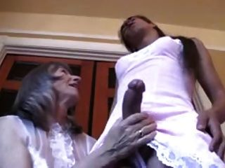 Señora amante vestir su sissy crossdresser