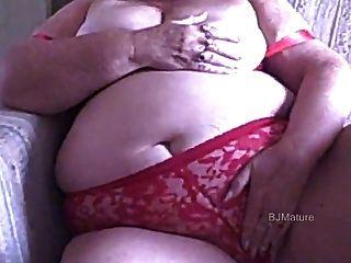 Bbw abuelita en rojo sujetador y bragas se masturba para usted