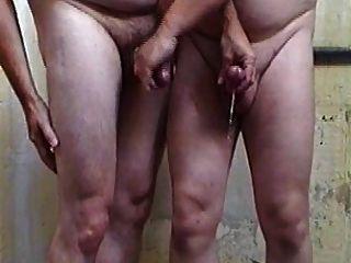 Bonita vista, dos chicos, masturbándose mutuamente