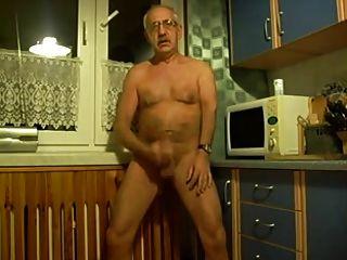 Tirón del abuelo caliente en la cocina
