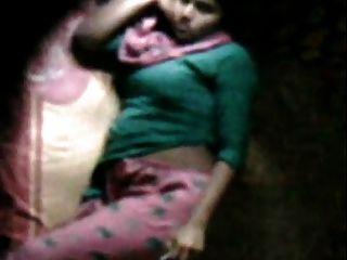 Barishal feliz masturbándose en su cama visto por el vecino