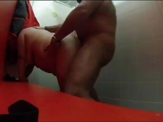 Sexo en el vestuario de la piscina