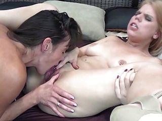 Un par de viejas y jóvenes lesbianas