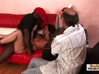Morena milf chupa a su marido por joder un hombre negro
