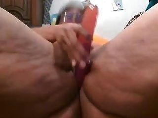 Black bbw jugando con su coño hasta que ella chorros