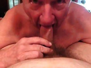 Abuelo de pelo blanco perfectamente bj con la limpieza de la boca