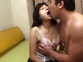 La mamá japonesa chupa los tragos y los chorros