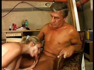 Linda tetas gigantes rubia follada en stokehold por el hombre mayor
