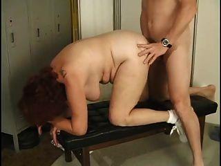 Abuelita follada en el gimnasio