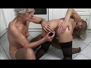 Francés maduro y abuela jugando en la cocina