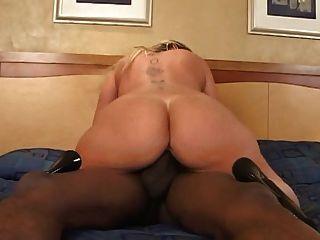 Curvy esposa tiene sexo con su amante negro