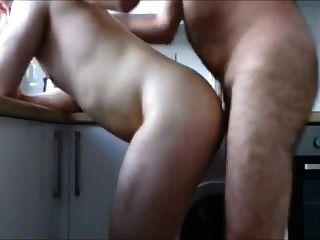 Viejo dandole por el culo a su chico en la cocina